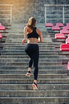 階段の上を実行しているランナー選手
