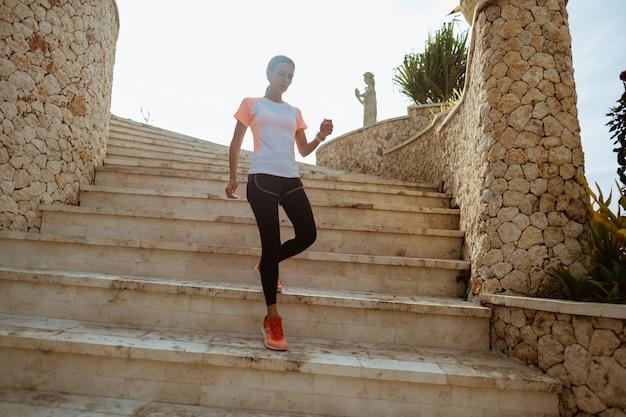 Бегущий спортсмен бежит по лестнице