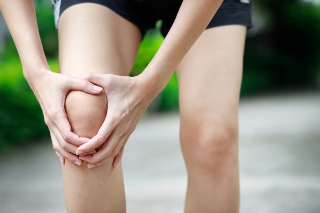 A runner had a lot of knee pain in the park.