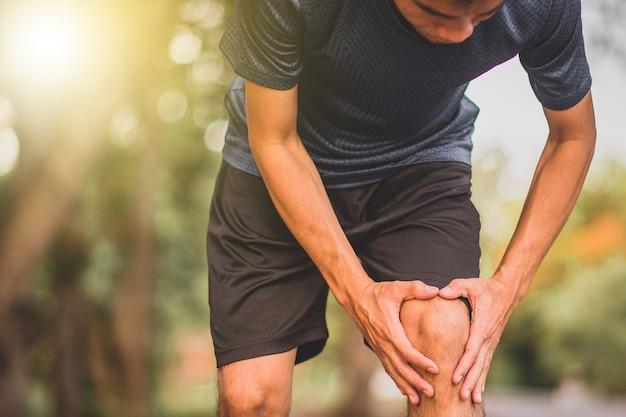 ランニング中のランナー男性の膝の痛み
