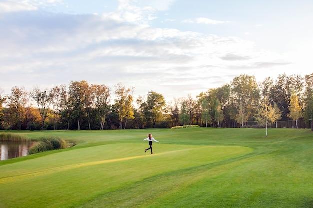 秋の公園のランナー。ゴルフ、庭、お手入れ無料。アウトドアショット