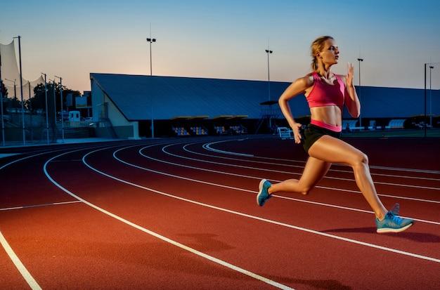 육상 트랙 목표 달성 개념을 실행하는 실행 경로에서 성공을 향해 질주하는 주자