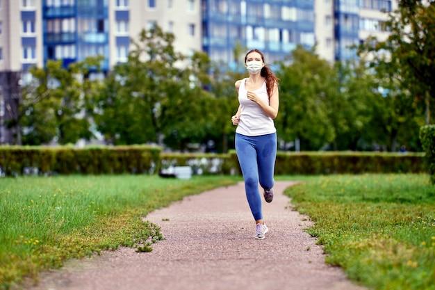 Бегун тренируется в лицевой маске для защиты от коронавируса