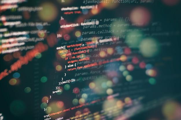 Запуск компьютерных данных / www-программирование. кодирование текста сценария на экране. фото крупным планом ноутбука.