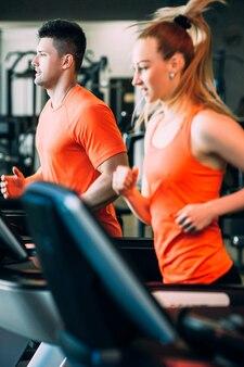 몇 스포츠 웰빙 체육관 개념을 실행합니다. 하드 심장 운동. 목표 달성을위한 모든 것.
