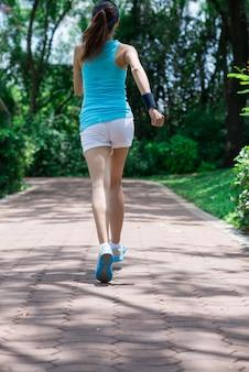 走っている少女