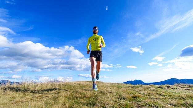 하늘과 땅 사이의 산에서 달리기