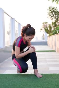 달리기 부상 다리 사고 - 고통스러운 염좌된 발목을 잡고 다치는 스포츠 여성 주자.