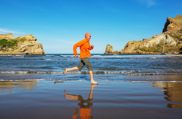 海の海岸で走っている男
