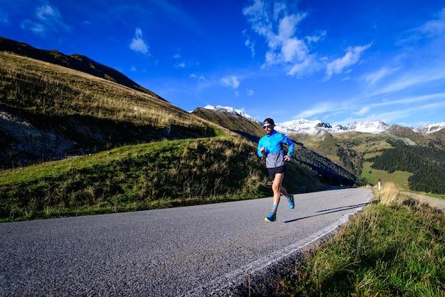 높은 산의 오르막길에서 달리기