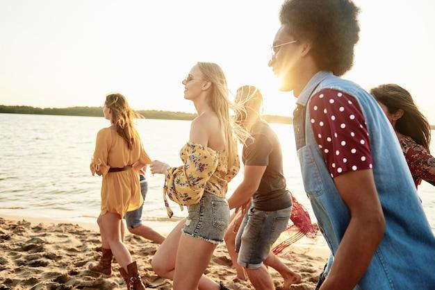 Gente che corre sulla spiaggia