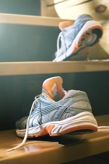 계단에서 운동화
