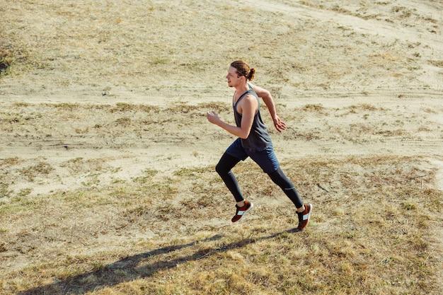 Беговой спорт. человек бегун спринт открытый в живописной природе.