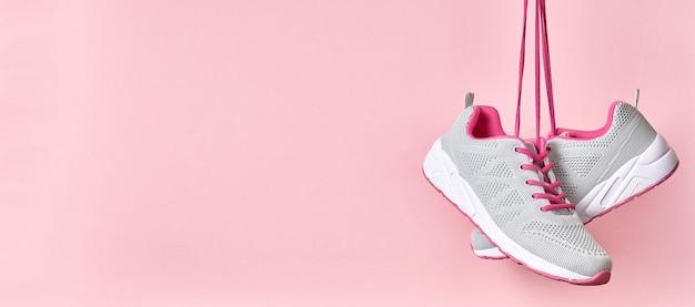 Спортивная обувь для бега на розовом фоне