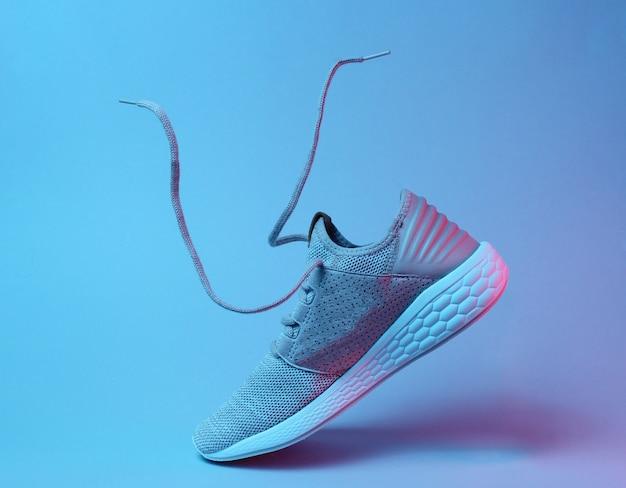 Беговая спортивная обувь с развевающимися шнурками.