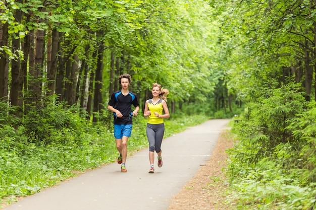 一緒に走る-公園でジョギングしている友達