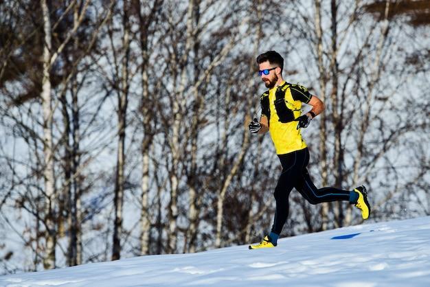 내리막 운동 선수 눈 속에서 달리기 훈련