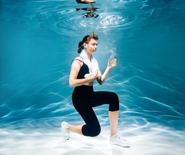 ジョギング中の女性。水中の女の子、新鮮さと軽さ、フィットネスと水泳。スポーツとライフスタイル