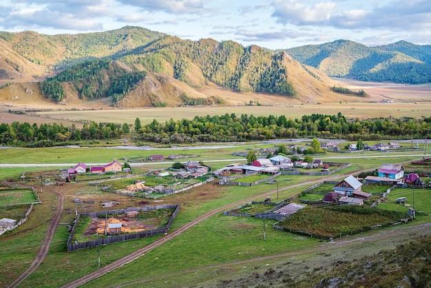 Bichiktuboomの村ロシア山アルタイ村と田舎の秋の山の風景