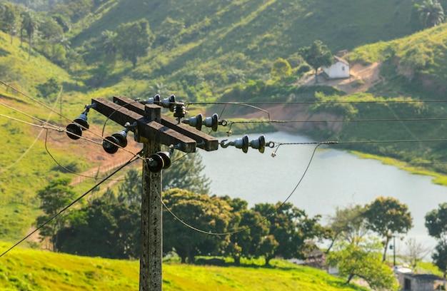 호수와 산이 있는 시골의 시골 전봇대