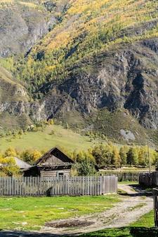 山村の田舎の家。ロシア、アルタイ、チュリシュマン渓谷、バリクチャ村