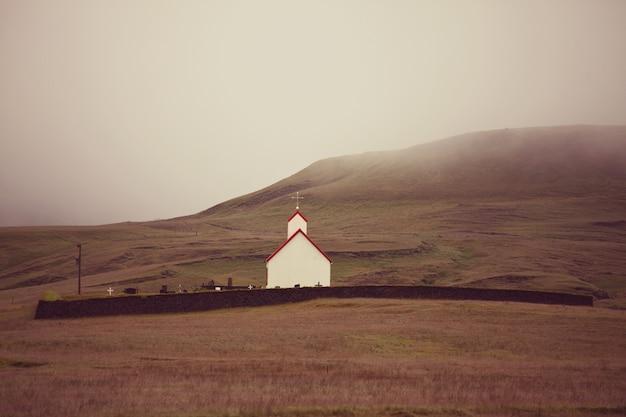 田舎のアイスランドの風景。霧の山のチャペル。