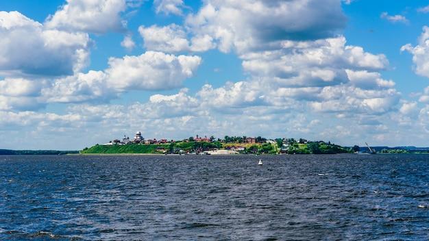 아름다운 교회, 사원 및 수도원이있는 러시아의 시골 기독교 sviyazhsk 섬. 보트에서보기.