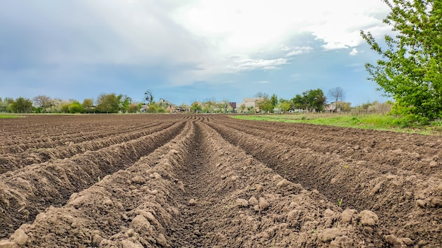 Сельский пейзаж. пахотная земля. кинематографические виды пашни в сельской местности