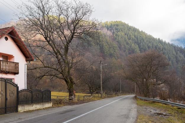 Сельский пейзаж румыния, утром пасмурная погода в горах