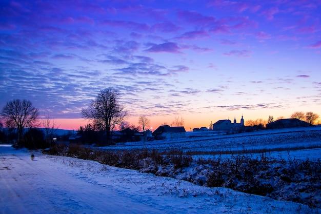 夕暮れの夜の絵のように美しい空と田園風景_