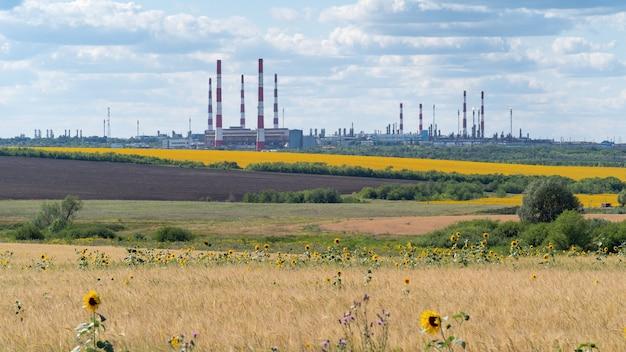 産業施設ガス処理プラントのある田園風景