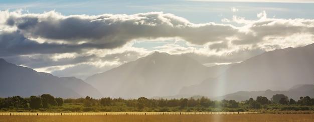 アルゼンチンの山々の田園風景