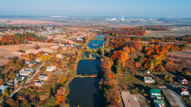 秋の田舎道。上からの眺め。ドローンで撮影された美しい風景