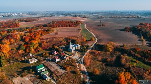 秋の田舎道。上からの眺め