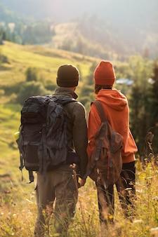 Viaggiatori rurali che esplorano insieme i dintorni
