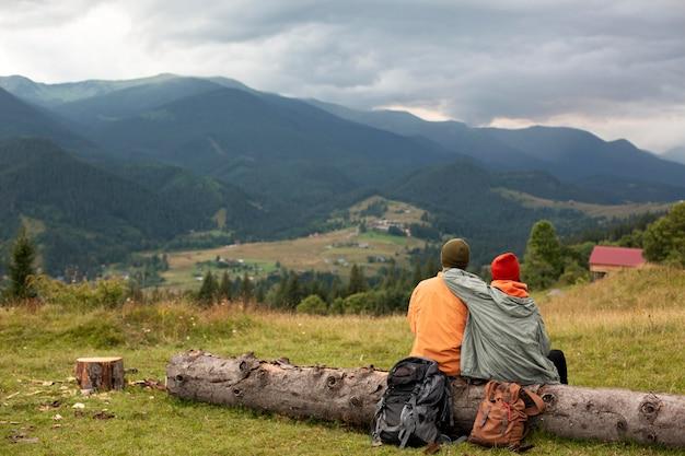 함께 주변을 탐험하는 농촌 여행자