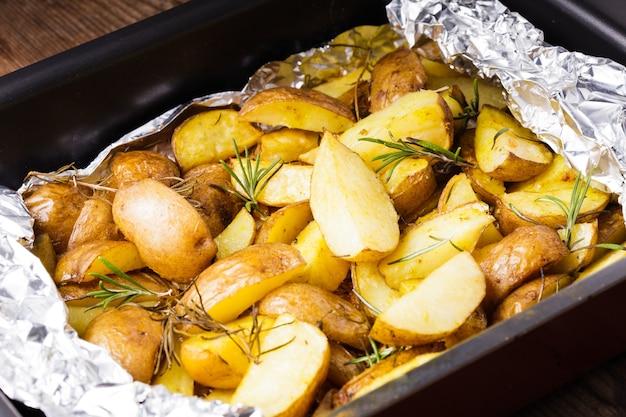 호일에 구운 로즈마리를 곁들인 소박한 스타일의 감자