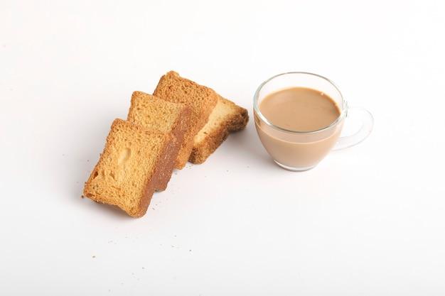 白い表面にお茶を入れたラスクまたはパンのトースト