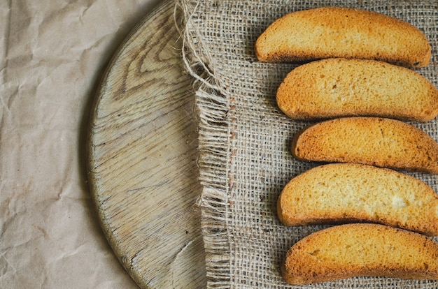 キャンバスのラスク白パンとヴィンテージ紙のラッピング