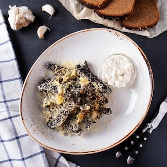 チーズとニンニクのラスク。ガーリックとチーズのサクサクのパン。上面図