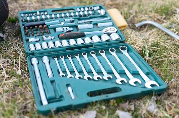 러시아 4 월 2020. 다양한 수리 수공구 또는 자동차 정비사 도구 세트. 야외 잔디에 상자에 수리 도구 키트. 건축용 장비