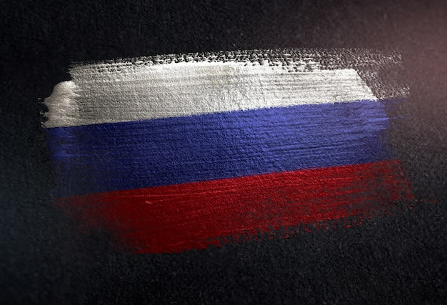 Россия флаг из металлической кисти краска на темной стене гранж