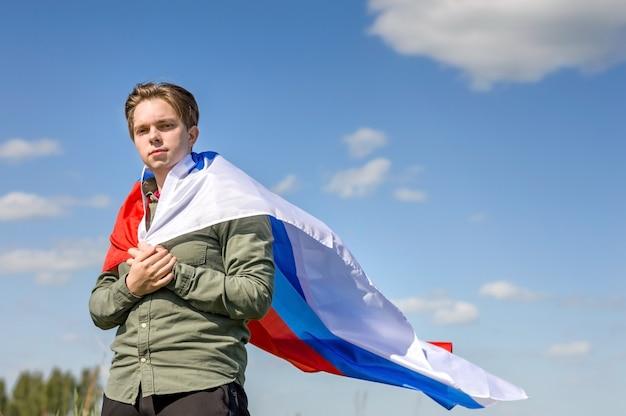 ロシアの旗。ロシアの旗を持つ青年