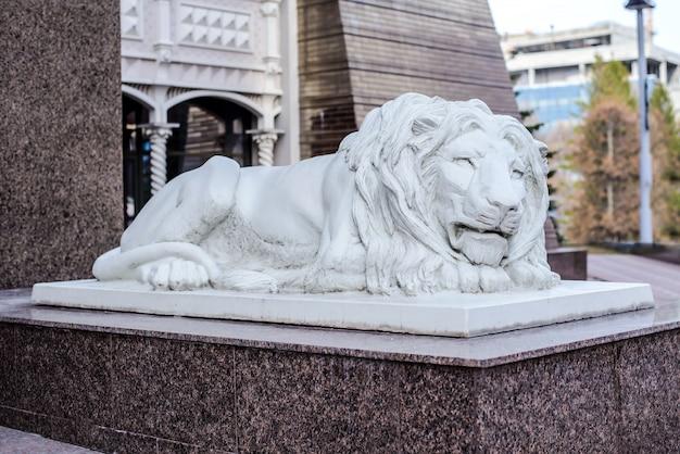 Россия, казань, 21 апреля 2018 года: белые скульптуры льва