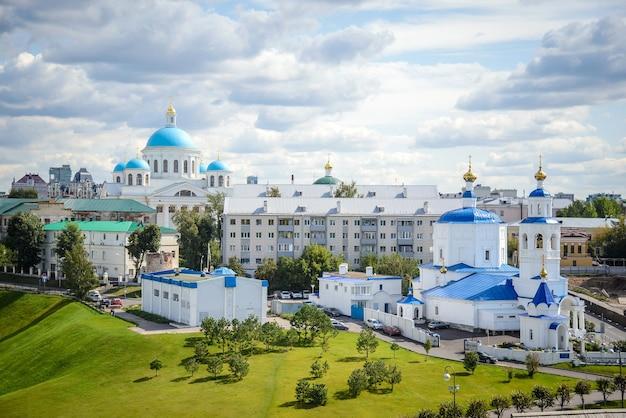 Россия, казань, 24 августа 2019 г .: вид сверху православных церквей, вид сверху православных церквей и жилых домов в центре города в пасмурный летний день