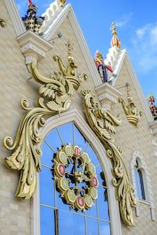 Россия, казань, 1 июня 2017 года: красивый фрагмент кукольного театра с часами на фоне голубого неба