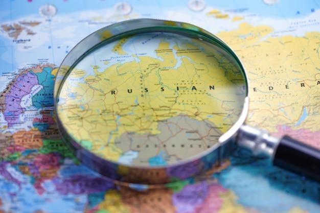 Россия: увеличительное стекло крупным планом с красочной картой