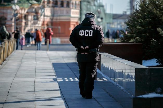 ロシア、モスクワ、2021年3月:連邦保安局の従業員がレーニン廟近くの赤の広場で勤務しています。