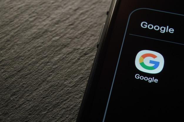 Россия, москва - 18 октября 2020 г .: крупный план приложения google на смартфоне android.