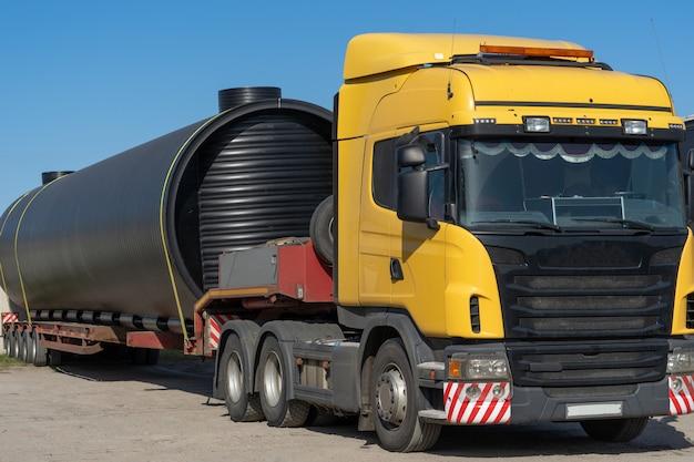 러시아, 옴 스크, 2018 년 9 월 4 일. 트럭에 대형 운송. 트롤에 운송되는 긴 산업화물.